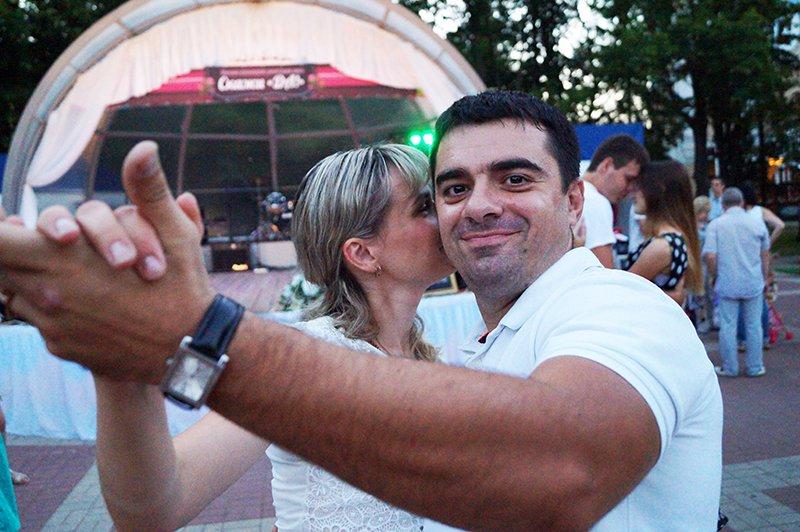 Белгородцы в День семьи, любви и верности массово поженились в парке Победы (фото) - фото 1