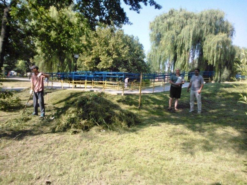 В Сумах правонарушители убирают детский парк «Сказка» (ФОТО) (фото) - фото 1