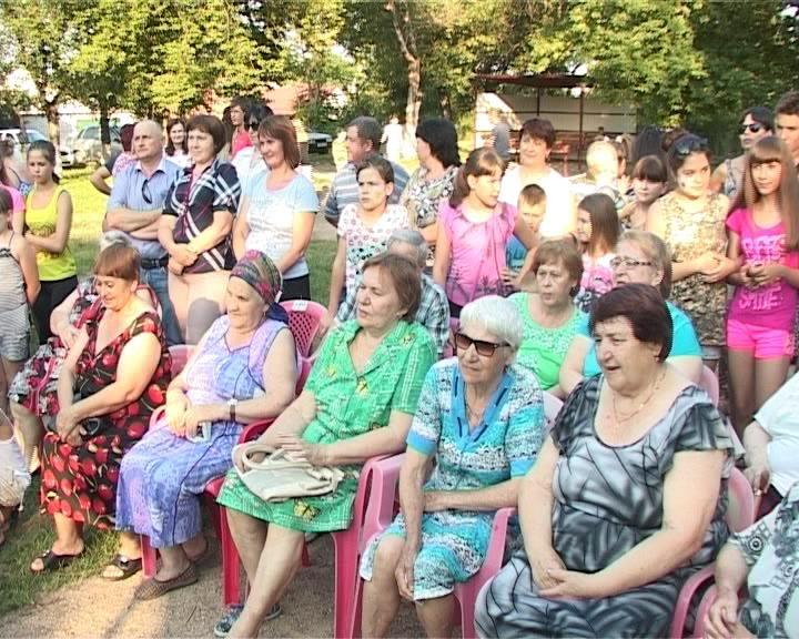 Поселок Кирпичный поздравил супружеские пары с днем семьи (фото) - фото 1