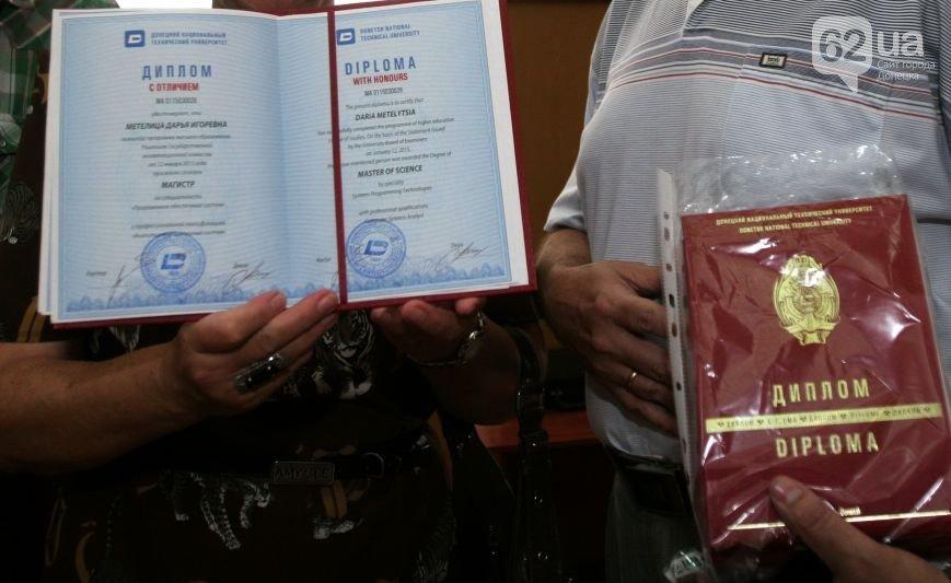 В Донецке студенты в украинских мантиях получили фейковые дипломы «ДНР» (фото) - фото 2
