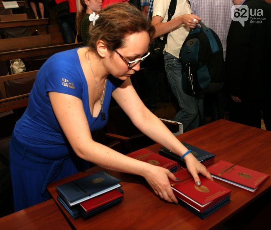 В Донецке студенты в украинских мантиях получили фейковые дипломы «ДНР» (фото) - фото 1
