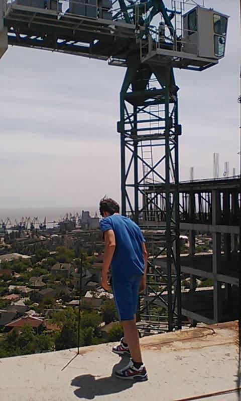 В Мариуполе двое подростков проникли на стройку и забрались на высоту птичьего полета (ФОТО+ВИДЕО) (фото) - фото 1