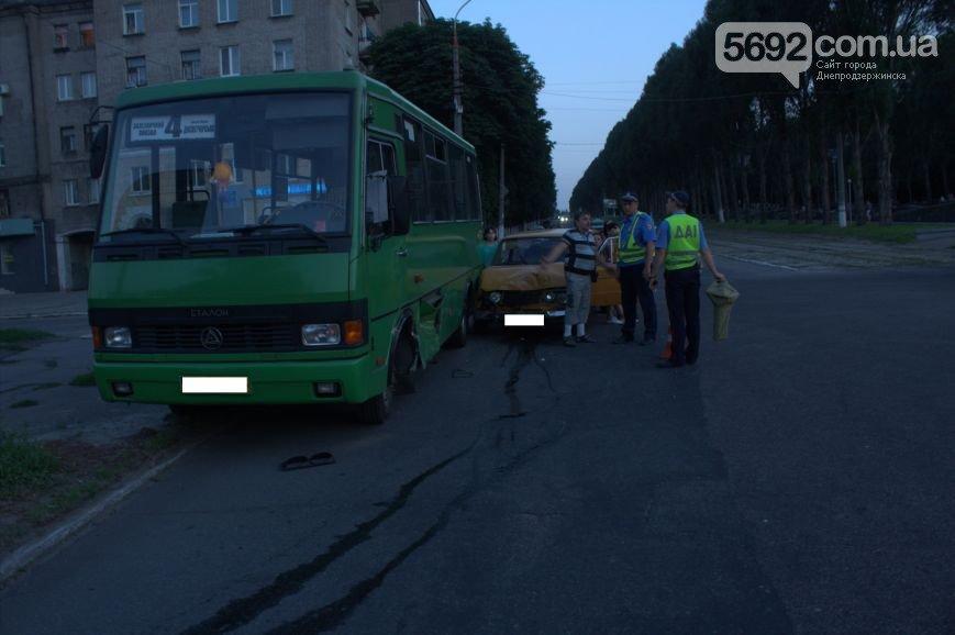 В Днепродзержинске на пересечении Ленина и Аношкина «шестерка» врезалась в маршрутку (фото) - фото 2