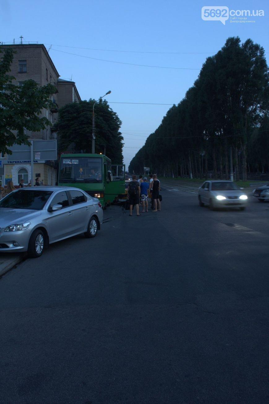 В Днепродзержинске на пересечении Ленина и Аношкина «шестерка» врезалась в маршрутку (фото) - фото 1