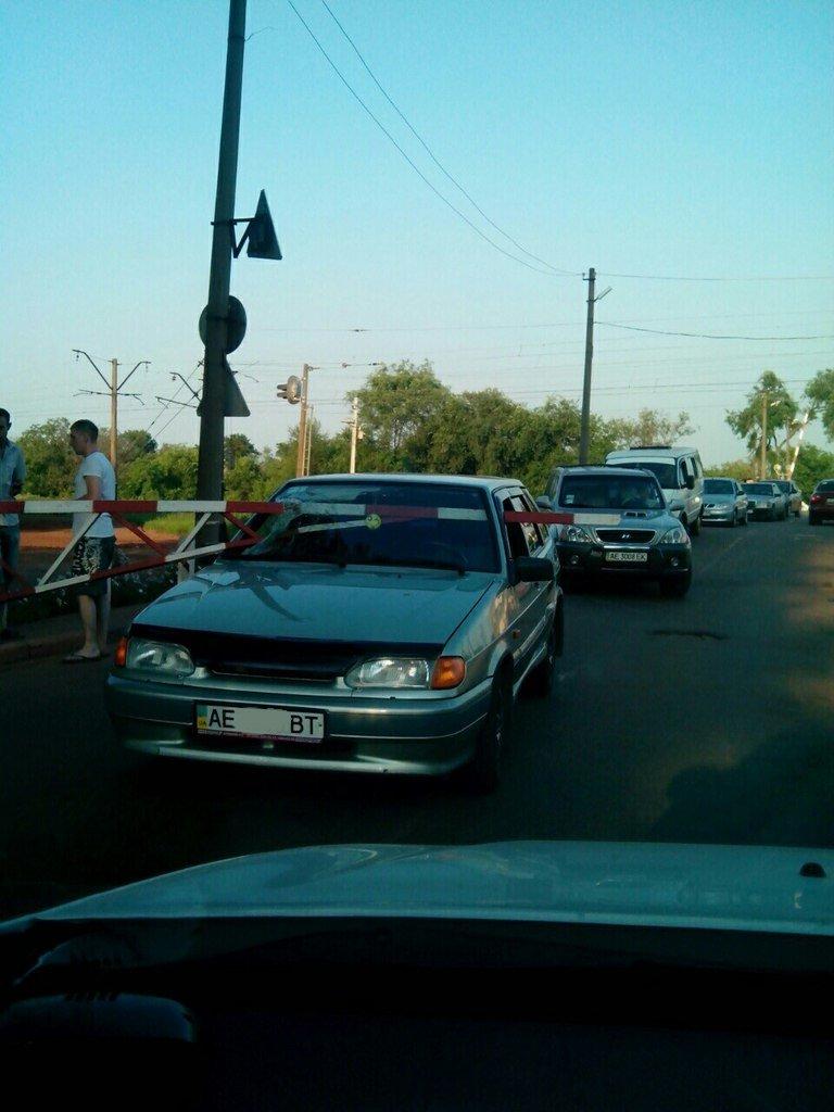 ДТП на железнодорожном переезде в Кривом Роге: шлагбаум пробил лобовое стекло «ВАЗа» (ФОТО) (фото) - фото 1