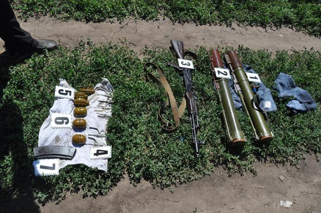 На Днепропетровщине под кучей мусора найден тайник с арсеналом боеприпасов (фото) - фото 3