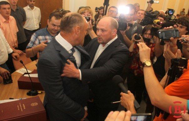 Политика по-полтавски: на сессии горсовета подрались мэр и «будущий мэр Кременчуга» (ФОТО) (фото) - фото 1