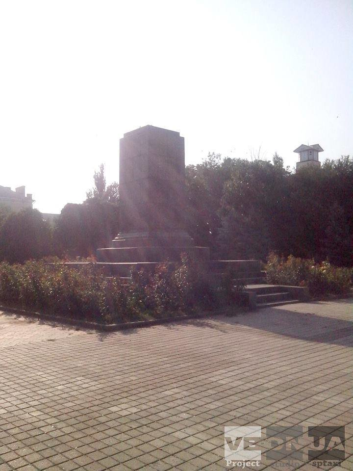 Донецкая область продолжает избавляться от памятников идолам коммунизма (ФОТО, ВИДЕО) (фото) - фото 2