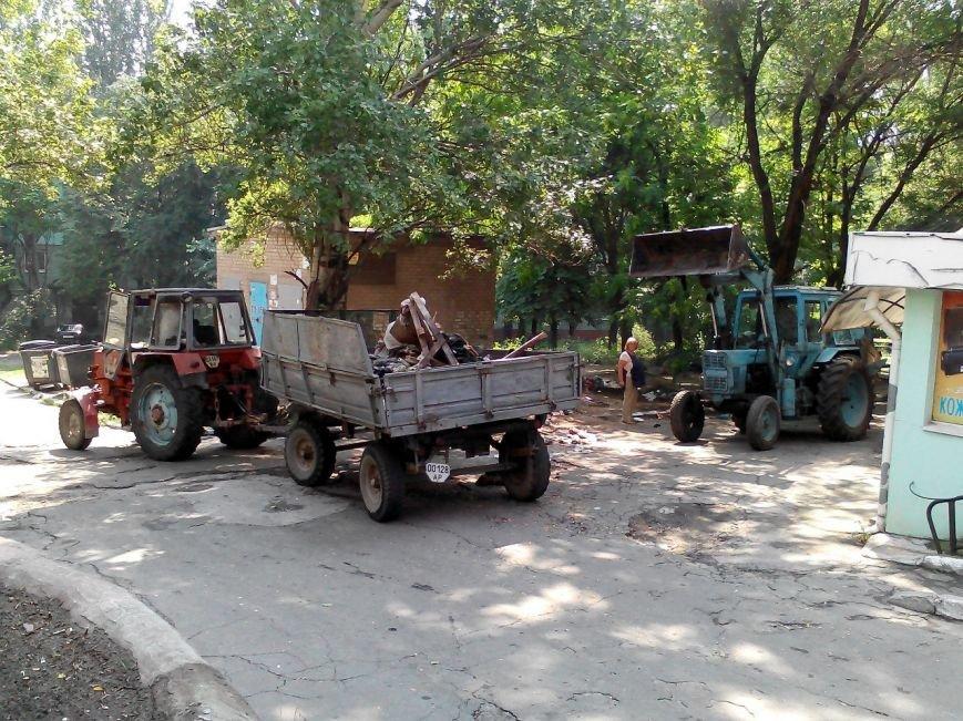 В центре Запорожья трактор, который убирал мусор, случайно выкорчевал дерево (ФОТО) (фото) - фото 2