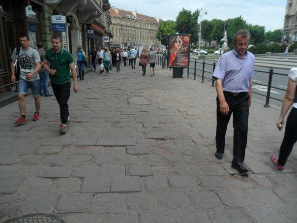 Львів'яни нарікають на розбиті тротуари у центрі міста (ФОТО+ВІДЕО) (фото) - фото 1