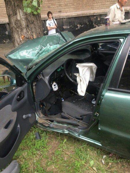 ДТП в Кривом Роге: неуправляемый «Lanos» влетел в  дерево. Трое госпитализированы (ФОТО) (фото) - фото 1