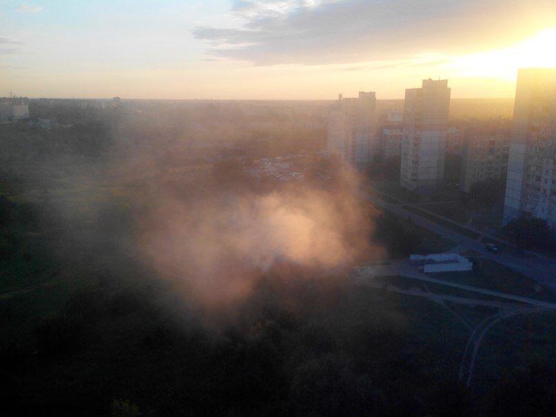 В Кривом Роге горит свалка на пустыре возле озера Соленое (ФОТО) (фото) - фото 1