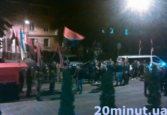 У Тернополі «Правий сектор» влаштував акцію протесту під обласною міліцією (фото) (фото) - фото 2