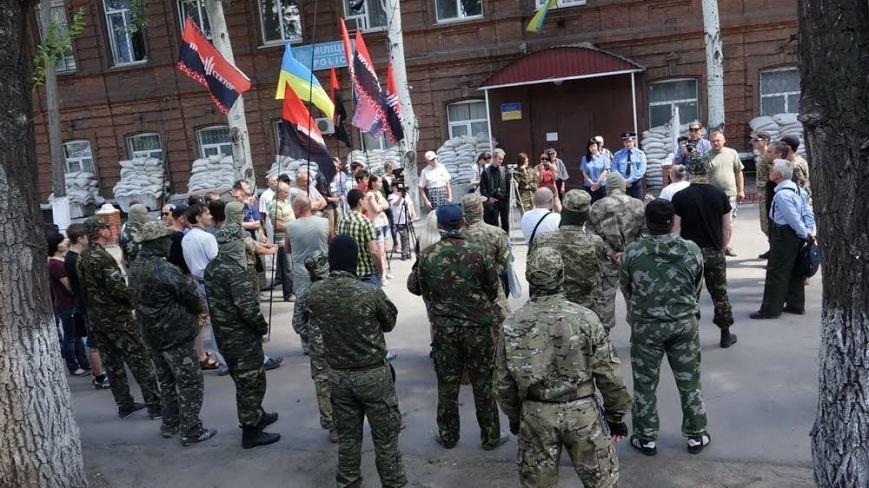 «Правый сектор» пикетировал Жовтневый райотдел милиции Мариуполя (ФОТО) (фото) - фото 2
