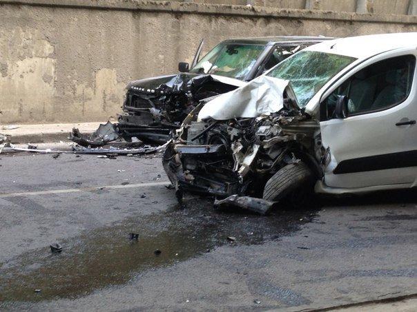 Аварія на вул. Сахарова: зіткнулися «Пежо» і «Рендж ровер» (ФОТО) (фото) - фото 1