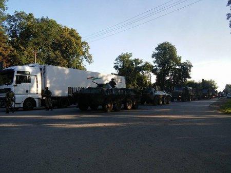 Очевидці зафіксували колону бронетехніки, що рухалася у напрямку Мукачева (ФОТО+ВІДЕО) (фото) - фото 1