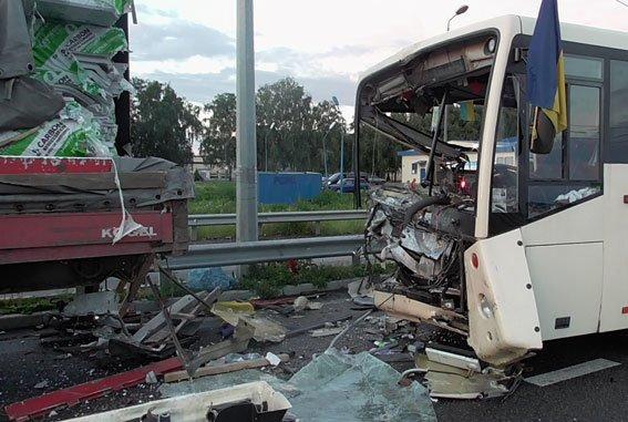 На Полтавщине автобус с нацгвардейцами попал в ДТП: один погибший, шестеро травмированы (ФОТО) (фото) - фото 1
