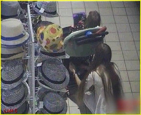 В Киеве поймали воровку, которая прятала продукты в детской коляске (ФОТО, ВИДЕО) (фото) - фото 1