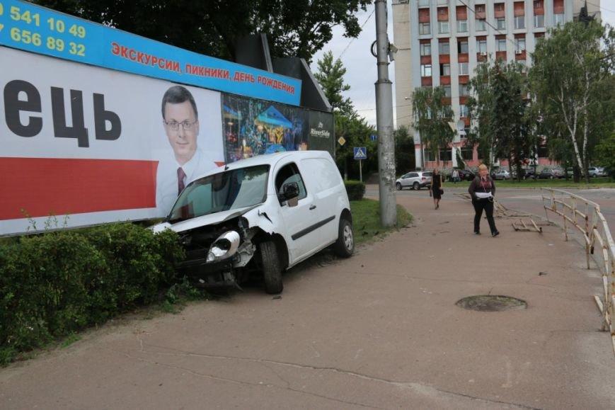 Водитель, сбивший щит кандидата в депутаты возле черниговского РАГСа, винит пешеходов, фото-1