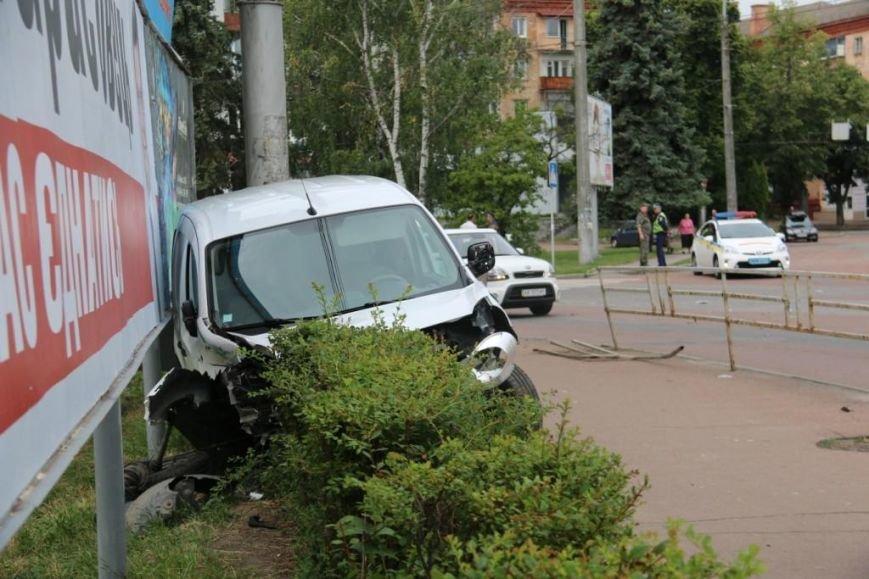 Водитель, сбивший щит кандидата в депутаты возле черниговского РАГСа, винит пешеходов, фото-2