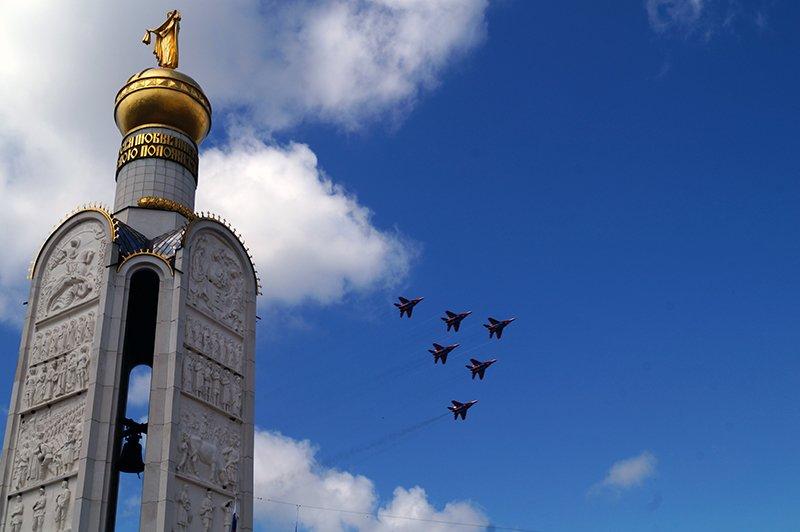 Пилотажная группа «Стрижи» взлетела в небо над прохоровкой в честь годовщины танкогового сражения (фото) - фото 1