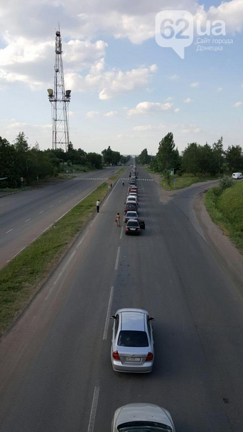 На трассе Донецк-Мариуполь очередь на блокпосту под Волновахой растянулась на сутки (ФОТО) (фото) - фото 1