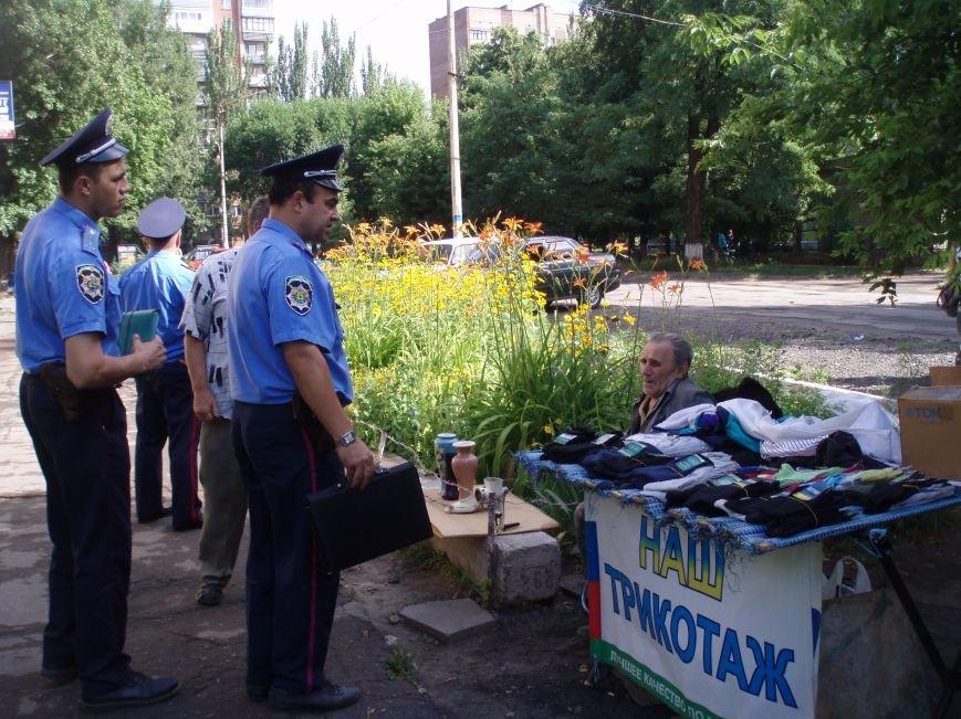 Славянские милиционеры провели рейд по борьбе со стихийной торговлей в районе центрального рынка (фото) - фото 1