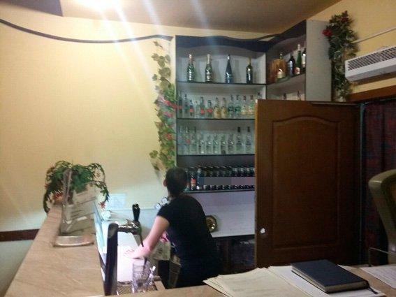У Житомирі під покровом ночі кафе продавало пиво та горілку без жодних документів (фото) - фото 1