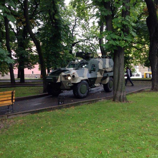 В центрі Львові виставили бронетехніку (ФОТО) (фото) - фото 1