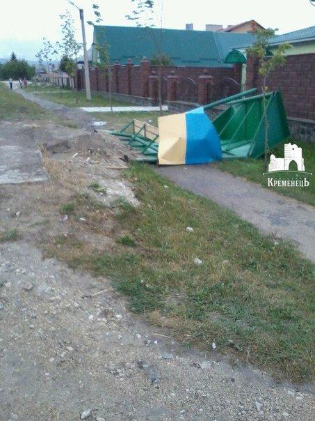 На Кременеччині п'яний водій зніс зупинку (фото) - фото 1