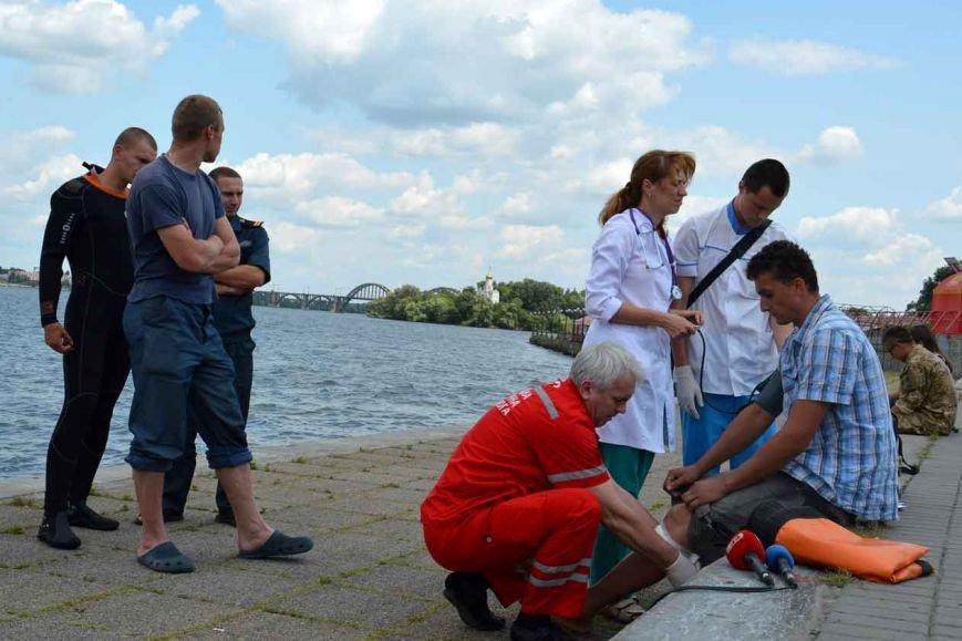 В Днепропетровске спасли 28-летнего криворожанина, прыгнувшего с моста (ФОТО, ВИДЕО) (фото) - фото 1