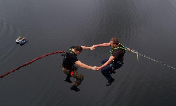 В Запорожье «грифоновцы» прыгали с арочного моста (ФОТО) (фото) - фото 2