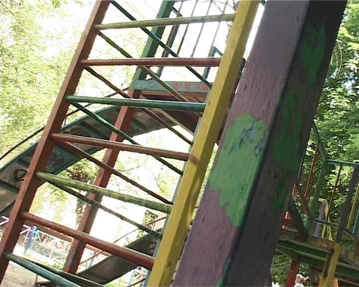 Армавирцы жалуются на состояние детских площадок (фото) - фото 1