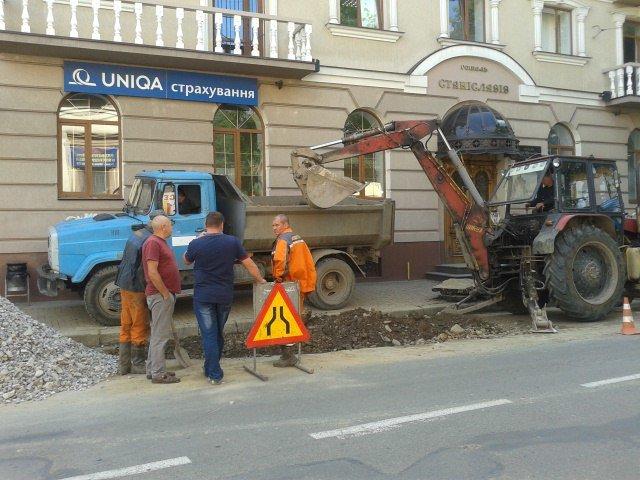 На Чорновола комунальники заново ремонтують підземні комунікації (ФОТО) (фото) - фото 1