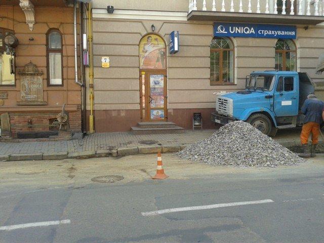 На Чорновола комунальники заново ремонтують підземні комунікації (ФОТО) (фото) - фото 2