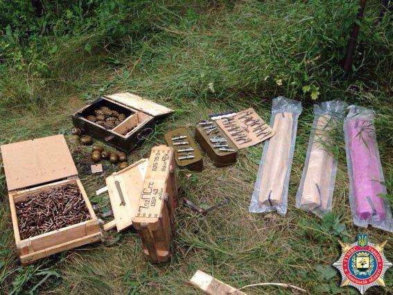 В Авдеевке во дворе заброшенного дома обнаружен склад оружия и боеприпасов (ФОТО) (фото) - фото 1