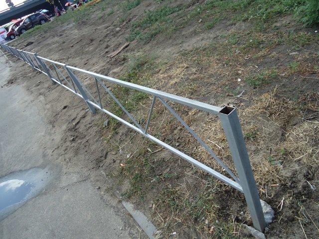 "В сквере на ""Осокорках"" коммунальщики установили забор (ФОТО) (фото) - фото 2"