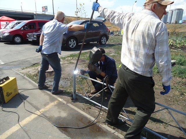 "В сквере на ""Осокорках"" коммунальщики установили забор (ФОТО) (фото) - фото 1"