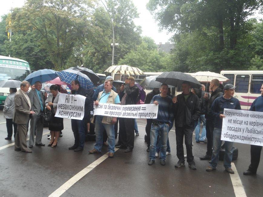 Під стінами обласної ради на мітинг зібрались перевізники  (ФОТО) (фото) - фото 1