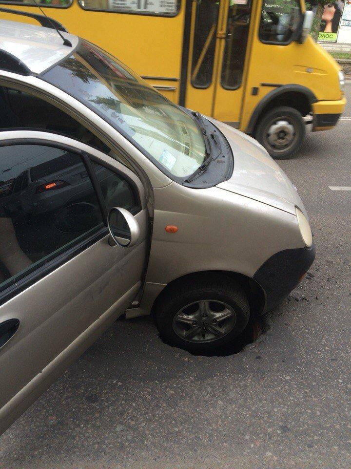 Дорожники в Николаеве, ремонтируя дорогу, закатали под асфальт канализационный люк (ФОТО) (фото) - фото 1