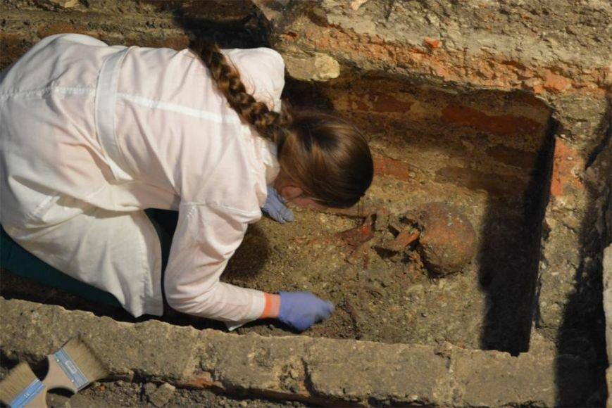 Археологи Львівської політехніки досліджують саркофаг із ймовірними останками сина, князя Київської Русі (ФОТО) (фото) - фото 1