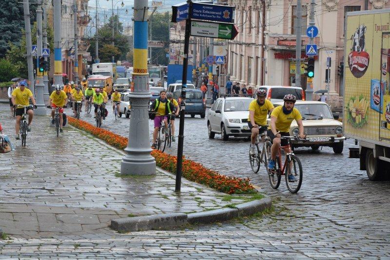 До Чернівців завітали учасники велопробігу з Литви на чолі з колишнім прем'єр-міністром, фото-1
