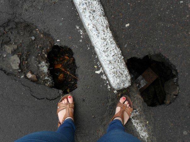 На вул. Китайській утворилися півметрові провалля (ФОТО+ВІДЕО) (фото) - фото 1