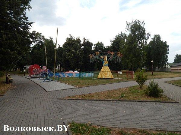 Чиновники пообещали к 1010-летию Волковыска построить аттракционы, но парк до сих пустует (фото) - фото 4