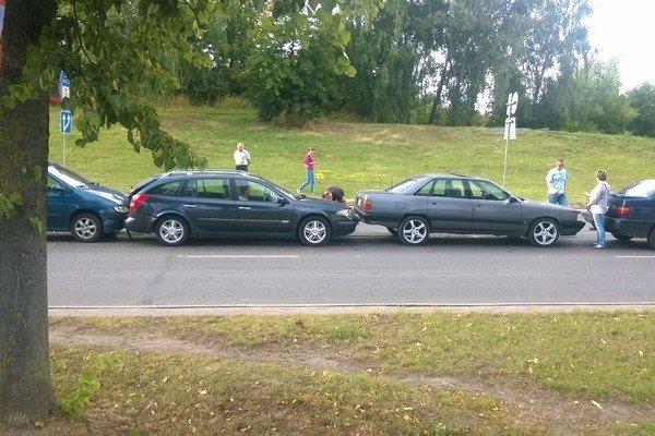 Фотофакт: на ул. Багуцкого мусоровоз собрал «паровозик» из пяти автомобилей (фото) - фото 3