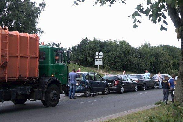 Фотофакт: на ул. Багуцкого мусоровоз собрал «паровозик» из пяти автомобилей (фото) - фото 2
