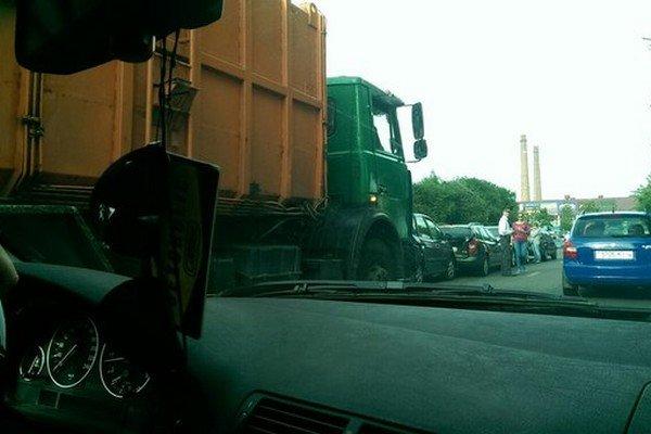 Фотофакт: на ул. Багуцкого мусоровоз собрал «паровозик» из пяти автомобилей (фото) - фото 1