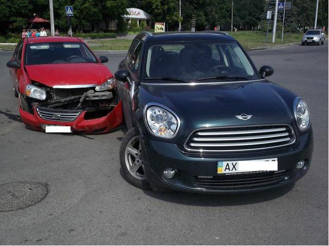 ДТП на Алексеевке: «Kia» врезался в «Mini Cooper» (ФОТО) (фото) - фото 1