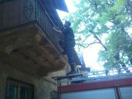 ГСЧС попали в квартиру к мариупольчанке, которая не выходила на улицу 24 часа (фото) - фото 1