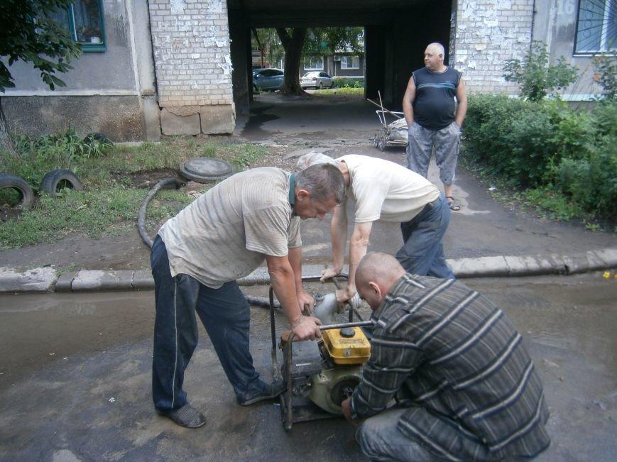 В Димитрове работники горводоканала оперативно устранили порыв на водопроводе (ФОТО) (фото) - фото 4